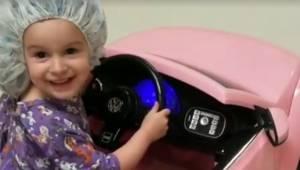 Pracownicy szpitala pozwalają dzieciom pojechać na operację zabawkowymi samochod