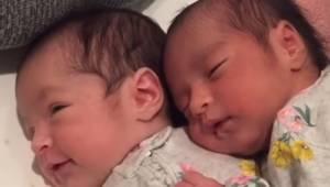 Nagranie na którym nowo narodzone bliźnięta uroczo się przytulają podbija cały i