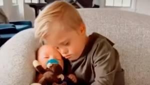Mały chłopiec z zespołem Downa tuli do snu swojego młodszego brata w najbardziej