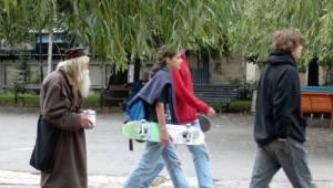 Chodzi po ulicach stolicy i zbiera pieniądze, to co z nimi robi sprawi że będzie