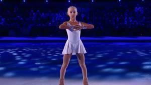 10-letnia łyżwiarka przykuwa uwagę wszystkich widowni wspaniałą choreografią.