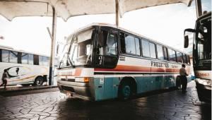 Złodzieje próbowali ukraść paliwo z zaparkowanego autobusu, ale zamiast do baku