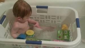 Rodzice włożyli dziecko do kosza na bielizne, powód jest genialny!