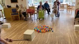 Pracownicy domu opieki wymyślili bardzo oryginalną zabawę by pensjonariusze mogl