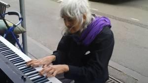Bezdomna staruszka zobaczyła na ulicy pianino i postanowiła zagrać. Jej występ j