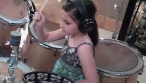 Ta 10-latka po prostu wymiata na perkusji