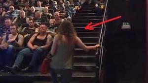 Weszła do kina wypełnionego wytatuowanymi facetami, to co stało się chwilę późni